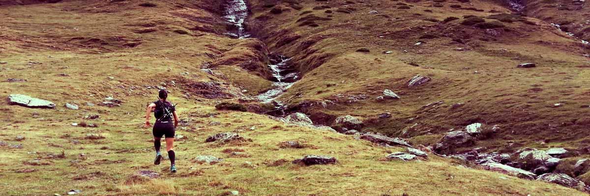 nutricionista corriendo por montaña